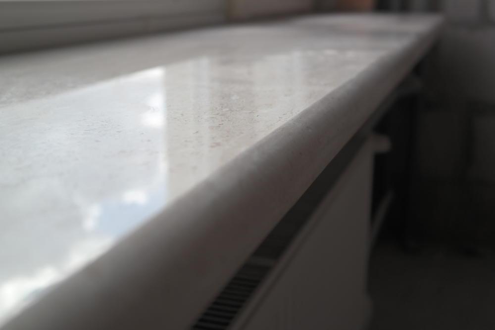 Длинные подоконники из итальянского мрамора Breccia Sardo