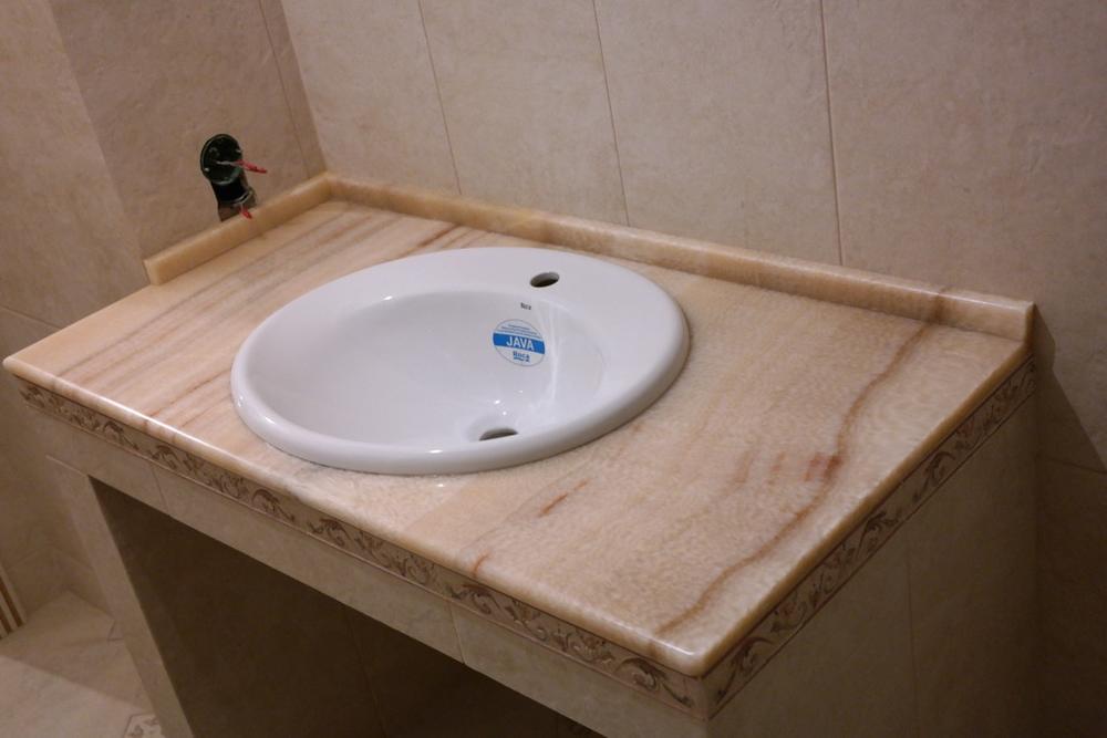 Столешница в ванную из медового оникса