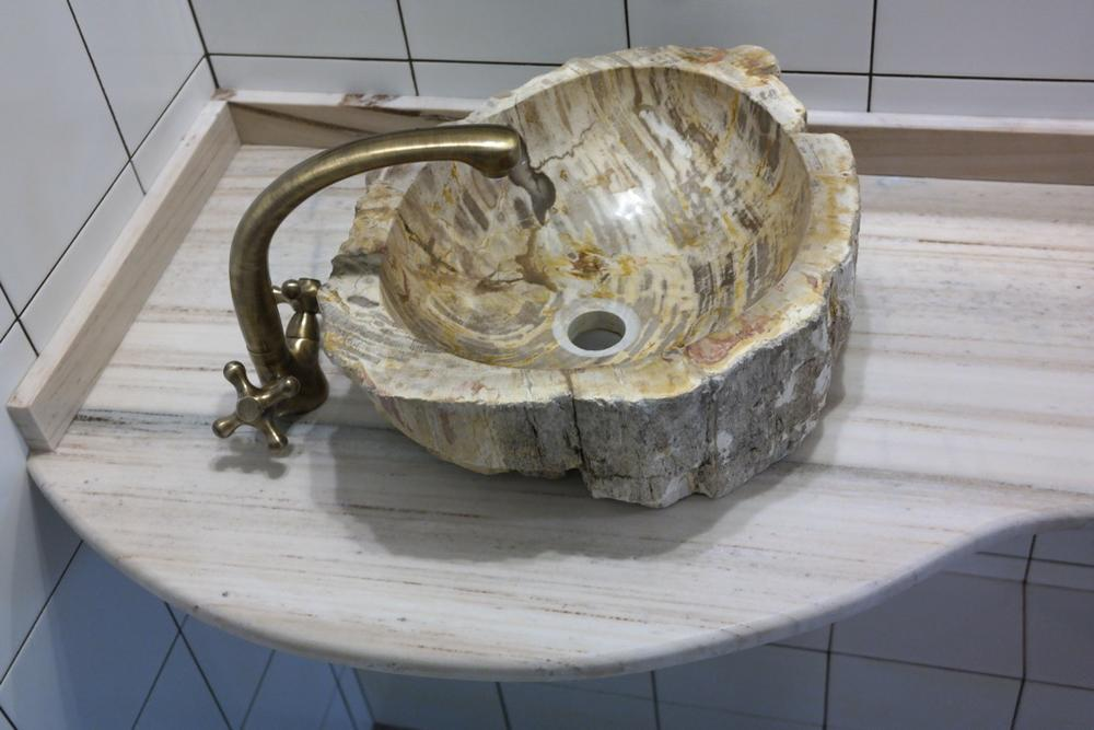 Столешница в санузел из мрамора Palissandro Tigrato