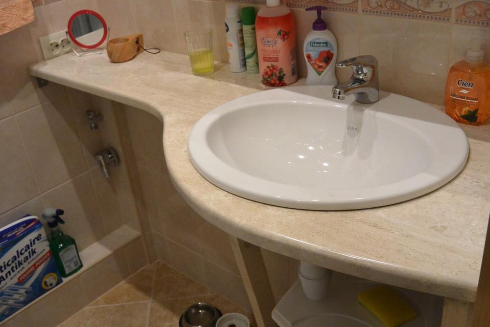 Столешница в ванную из итальянского мрамора Breccia Sardo выполнена по шаблону