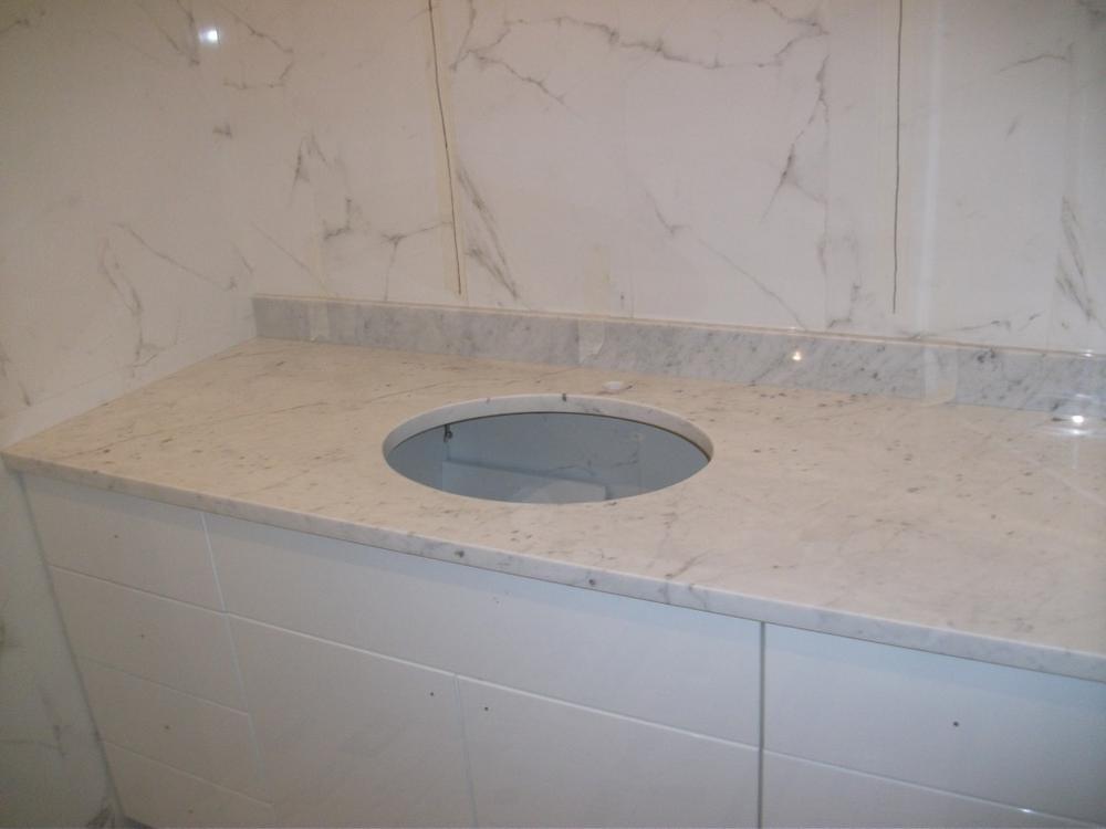 Столешница в ванную из мрамора Bianco Carrara Extra
