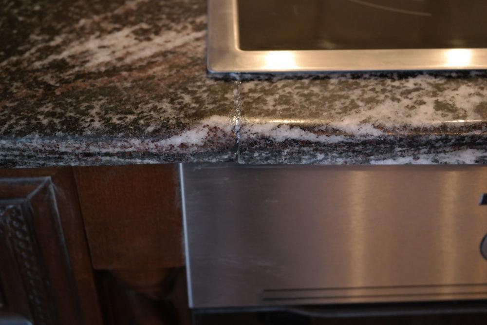 Столешница для кухни из гранита Амфиболит Гранатовый толщиной 20мм — сегментами