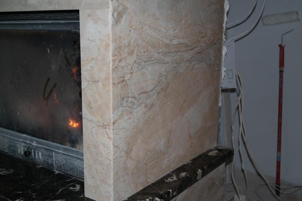 Облицовка камина из итальянского мрамора Breccia Oniciata и испанского мрамора Emperador