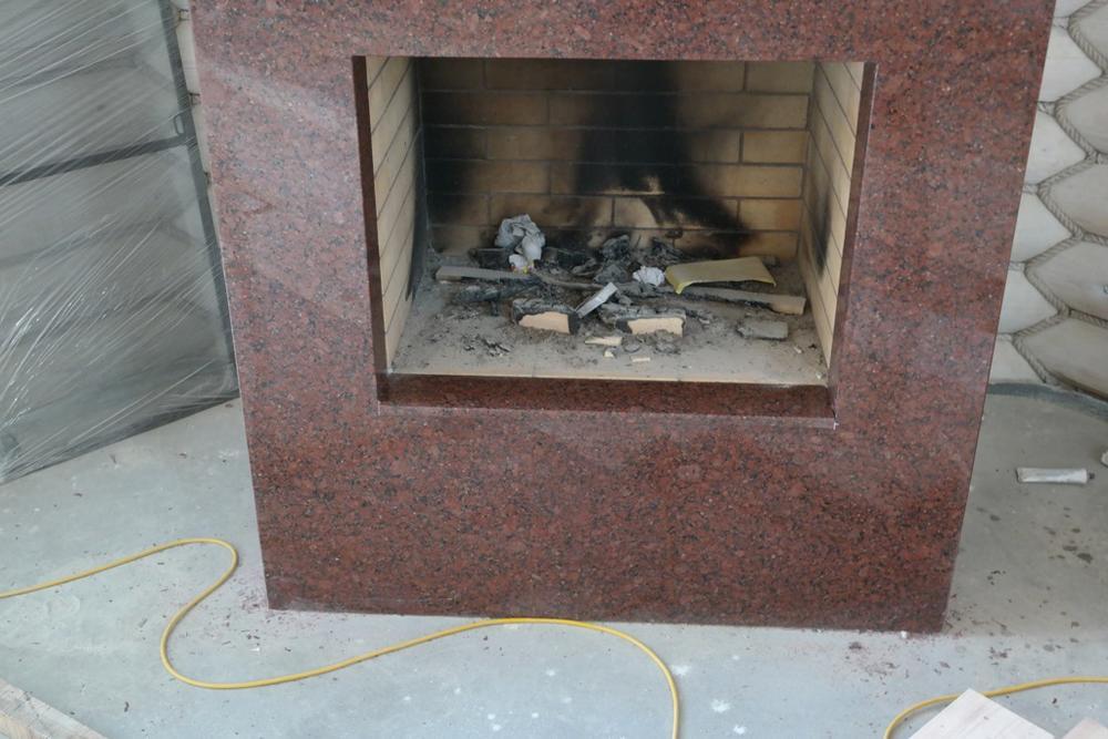 Облицовка камина из индийского гранита Imperial Red