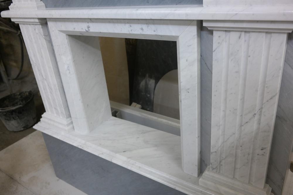 Камин из мрамора Bianco Carrara и Palissandro bluette