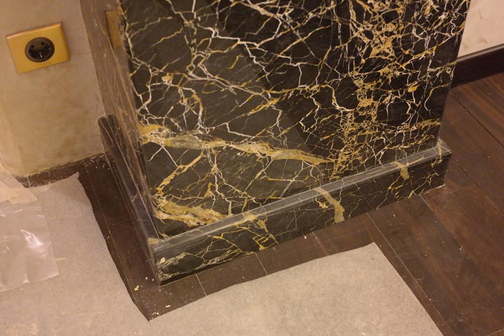 Облицовка колонн из мрамора Nero Portoro