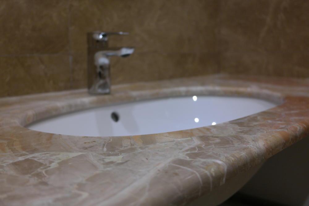 Столешница в ванную из мрамора Breccia Damascata