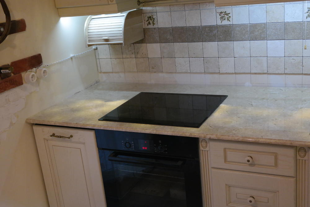 Столешница на кухню из мрамора Breccia Fossil