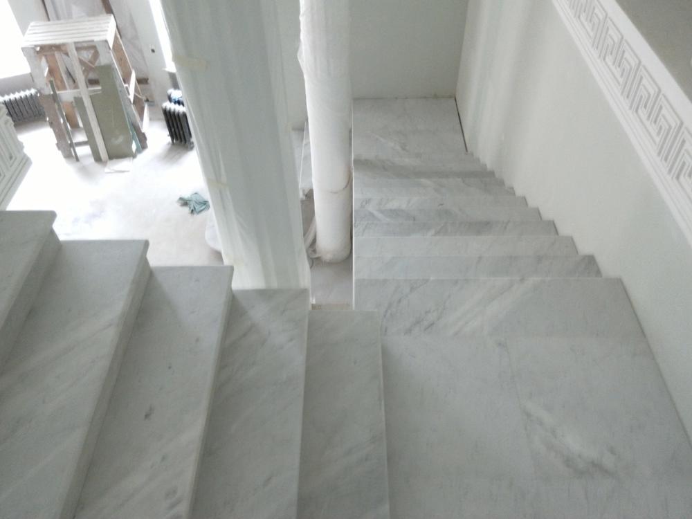 Лестница из итальянского мрамора Bianco Carrara