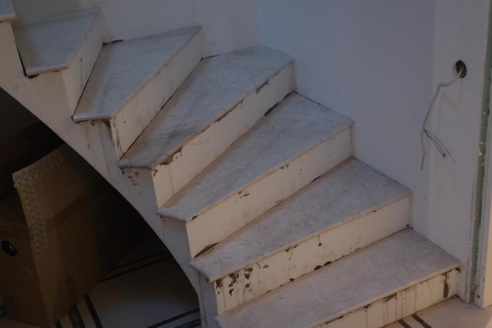 Лестница из итальянского мрамора Breccia Sardo 20мм