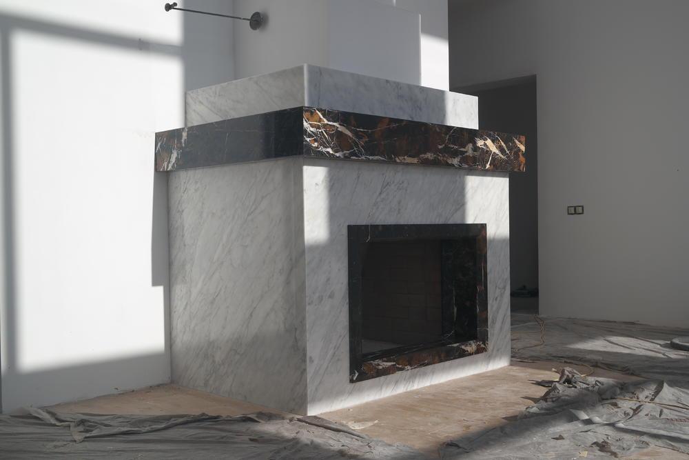 Камин из мрамора Black & Gold и Bianco Carrara
