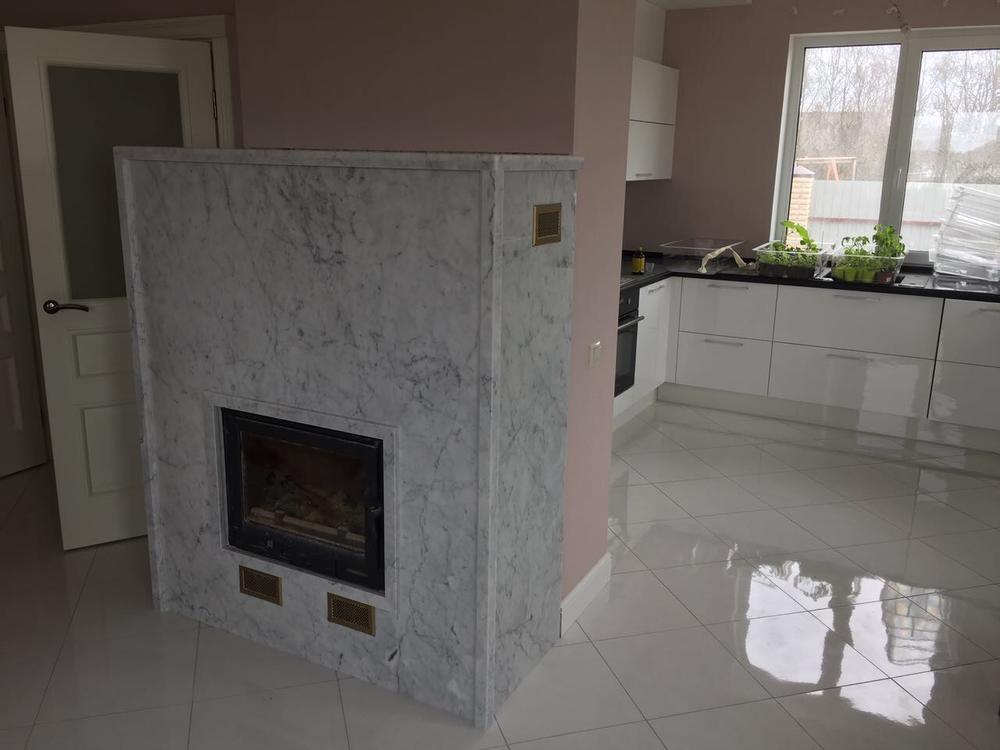 Камин из итальянского мрамора Bianco Carrara