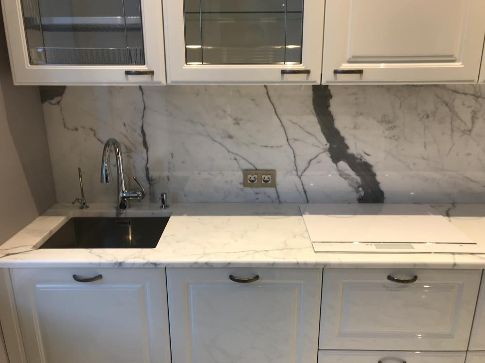 Столешница на кухню из итальянского мрамора Bianco Stattuario