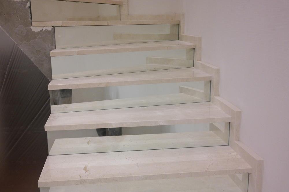 Лестница из испанского мрамора Crema Marfil