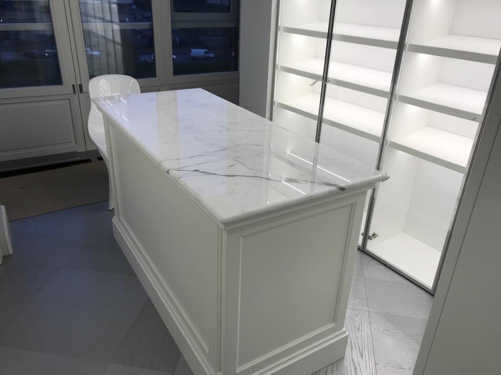 Стол в гардеробную из мрамора Bianco Stattuario