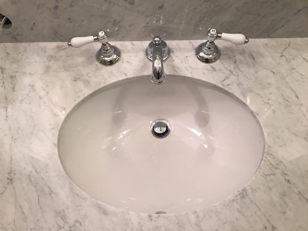 Столешница в ванную из мрамора Bianco Carrara