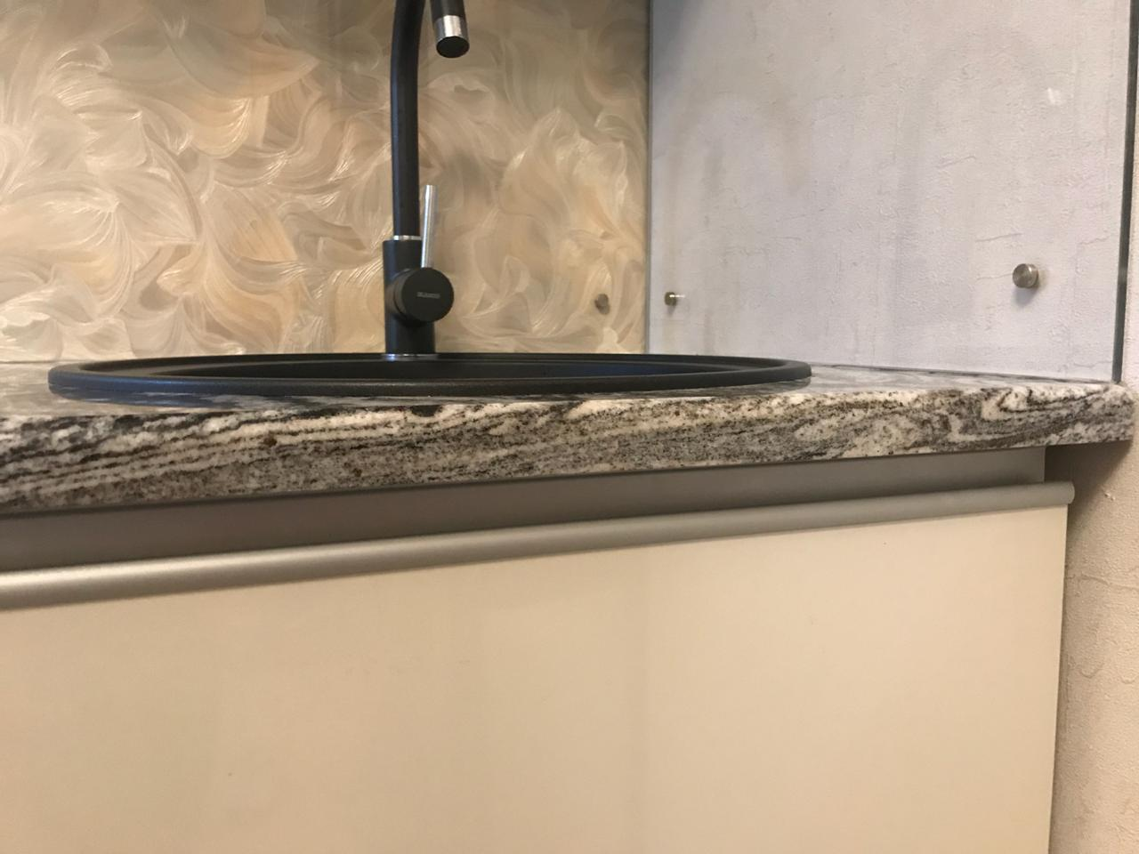 Столешница на кухню из гранита Амфиболит Айс