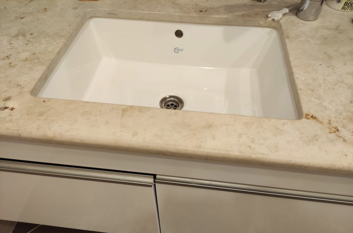 Столешница в ванную из мрамора jurabeige и biancoibizamarble