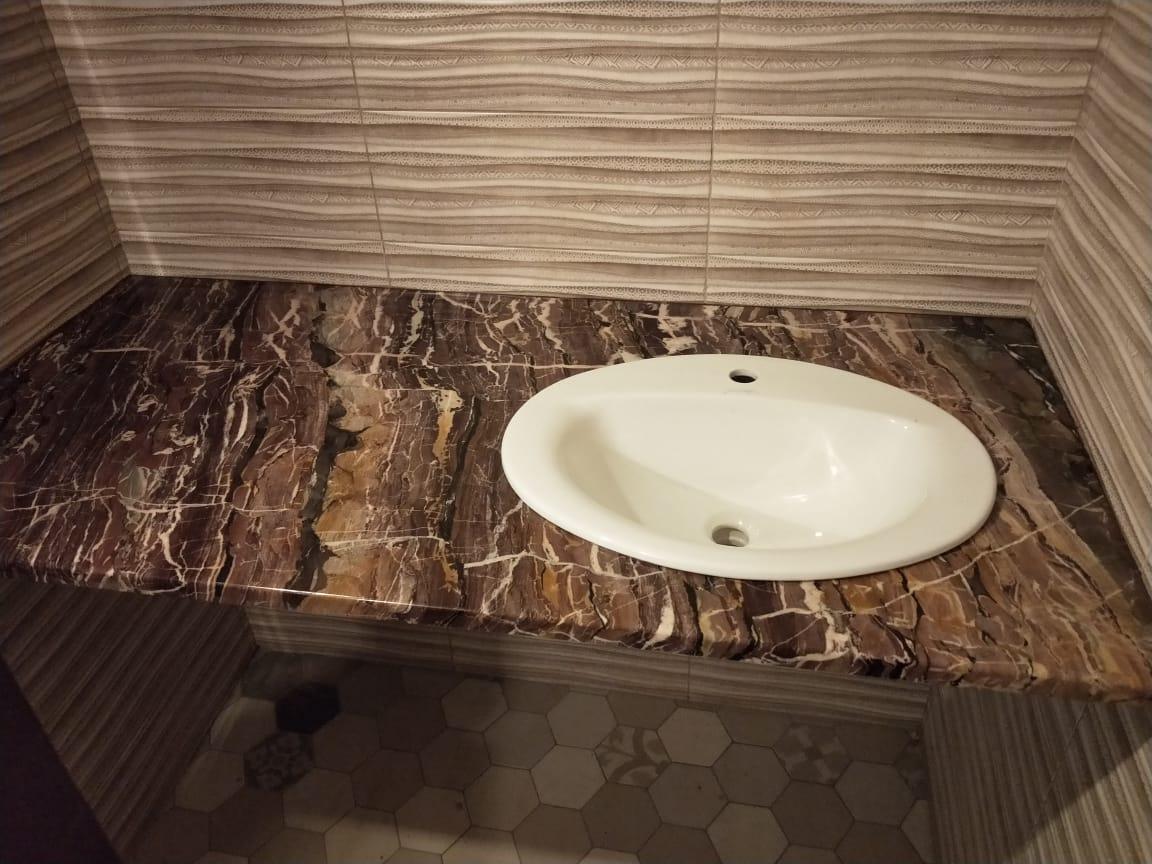 Столешница в ванную из мрамора Brown Alligator