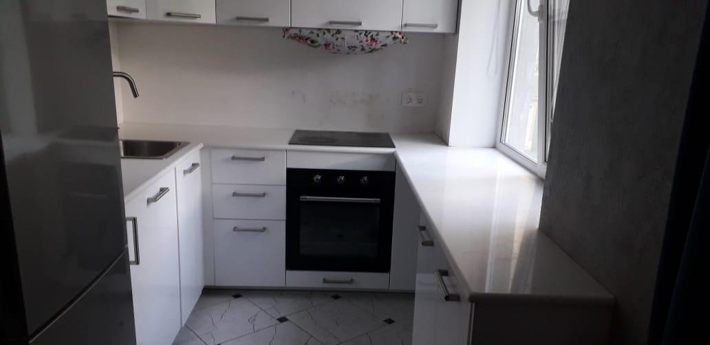 Столешница на кухню из кварцевого агломерата White Marble